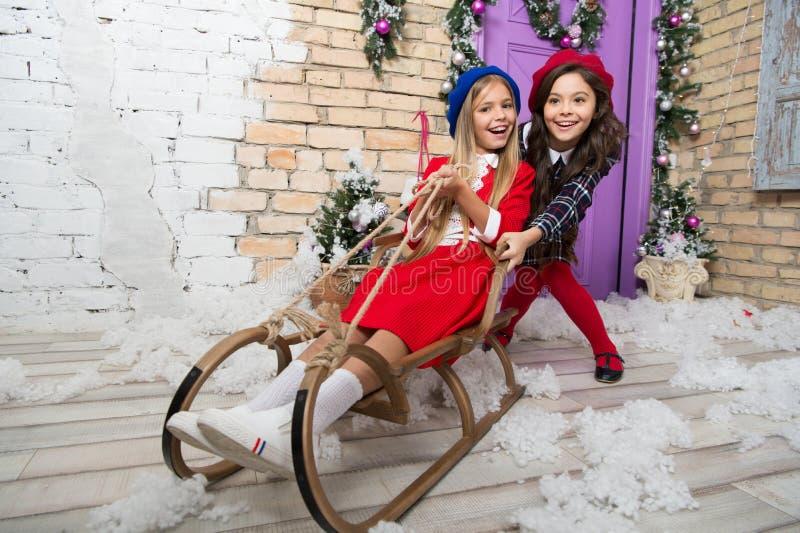 Nowego Roku przyjęcie z najlepszymi przyjaciółmi Dziecko cieszy się wakacje Choinka i teraźniejszość szczęśliwego nowego roku, Zi fotografia stock