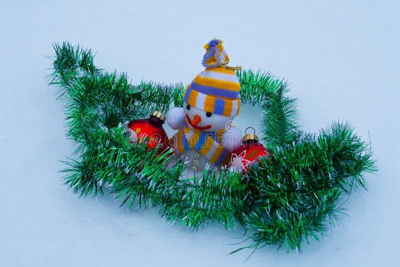 Nowego Roku ` s bałwan z zabawkami w śniegu zdjęcia stock