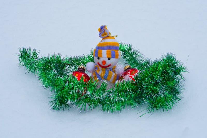 Nowego Roku ` s bałwan z zabawkami w śniegu zdjęcie stock