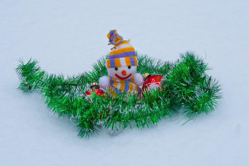 Nowego Roku ` s bałwan z zabawkami w śniegu obrazy stock