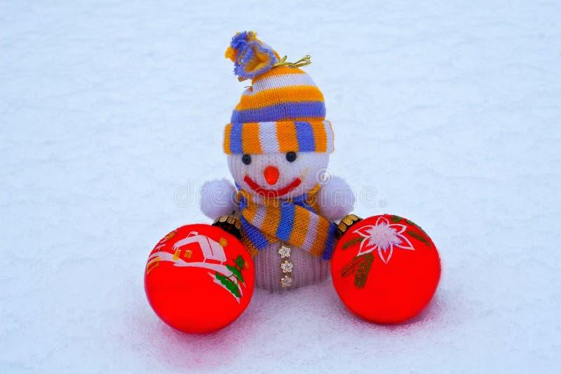 Nowego Roku ` s bałwan z zabawkami w śniegu zdjęcie royalty free