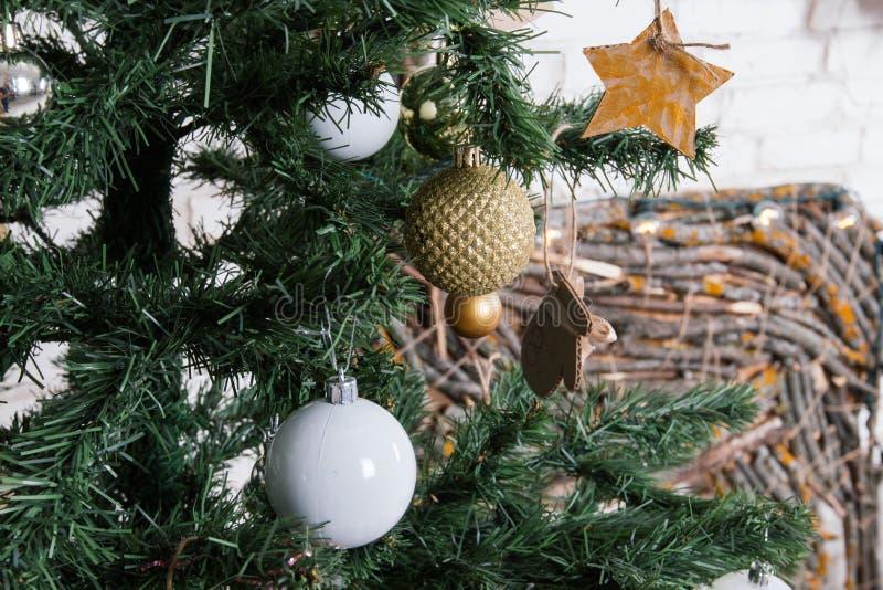 Nowego Roku ` s lokacja w studiu z rogaczem, dekorującym z choinką, prezenty, kosz rożki zdjęcie royalty free
