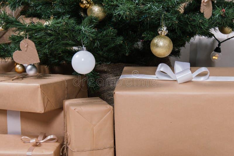 Nowego Roku ` s lokacja w studiu z rogaczem, dekorującym z choinką, prezenty, kosz rożki obraz stock