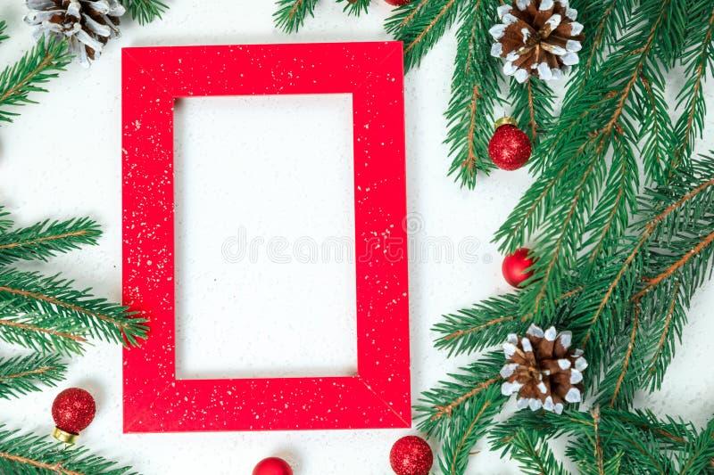Nowego Roku `s tło Bożenarodzeniowa biżuteria na jedlinie rozgałęzia się, złociste sfery, girlandy, duża złoto gwiazda ishishka n zdjęcie stock