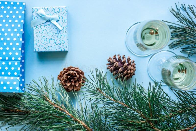 Nowego Roku ` s wakacje z świerczyn gałąź z parą win szkła szampan i, Bożenarodzeniowe teraźniejszość Mieszkanie nieatutowy, wier zdjęcia royalty free