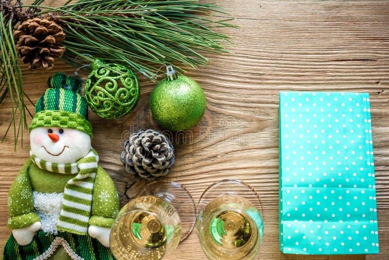 Nowego Roku ` s wakacje z świerczyn gałąź z parą win szkła szampan i Mieszkanie nieatutowy, odgórny widok, kopii przestrzeń obraz royalty free