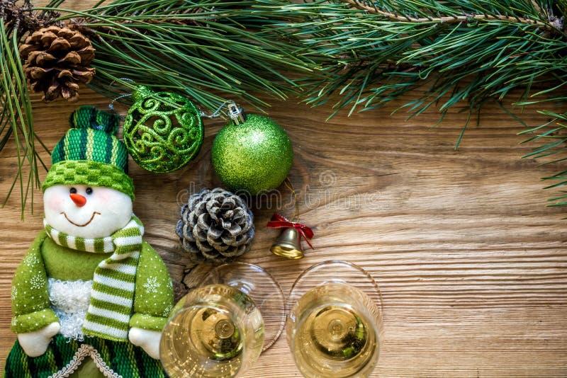 Nowego Roku ` s wakacje z świerczyn gałąź z parą win szkła szampan i Mieszkanie nieatutowy, odgórny widok, kopii przestrzeń fotografia stock
