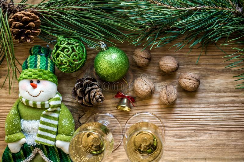 Nowego Roku ` s wakacje z świerczyn gałąź z parą win szkła szampan i Mieszkanie nieatutowy, odgórny widok, kopii przestrzeń zdjęcie royalty free