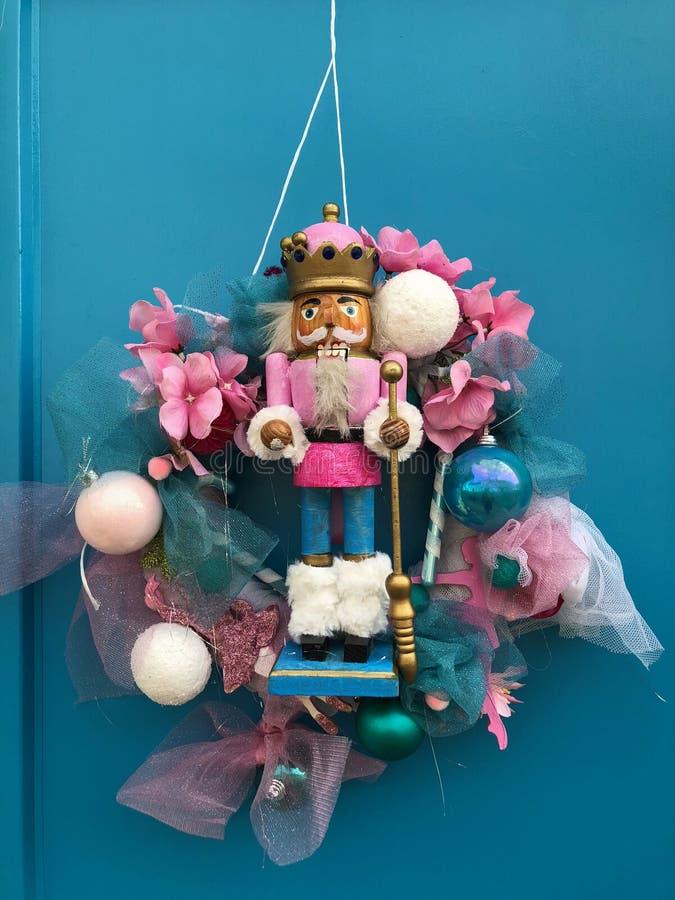 Nowego Roku ` s wianek z postacią nutcrack obwieszenie na drewnianym drzwi fotografia stock