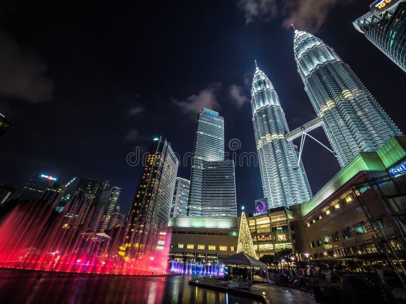 Nowego Roku ` s wigilie Coloured fontanny przy Petronas Górują zdjęcie royalty free