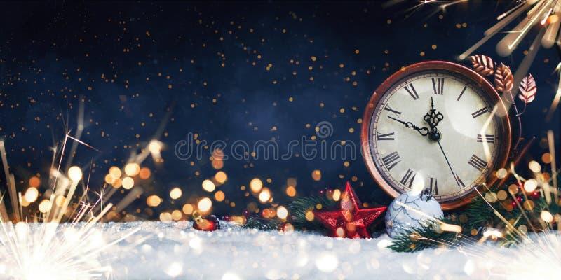 Nowego roku ` s zegar Dekorujący z piłkami, gwiazdą i drzewem na śniegu, zdjęcia royalty free