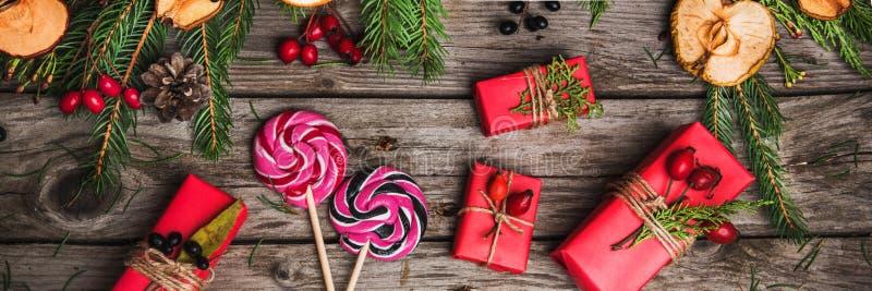 Nowego Roku skład kwiaty, prezenty na drewnianym stole abstrakcjonistycznych gwiazdkę tła dekoracji projektu ciemnej czerwieni wz fotografia stock