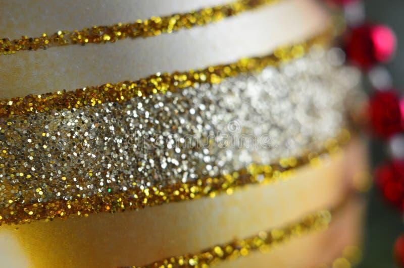 Nowego Roku wakacje Złota tekstura Bożenarodzeniowa piłka w górę Makro- tryb obraz royalty free