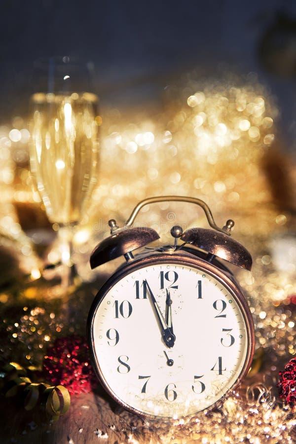 Nowego Roku zegarowy i szampański szkło fotografia royalty free