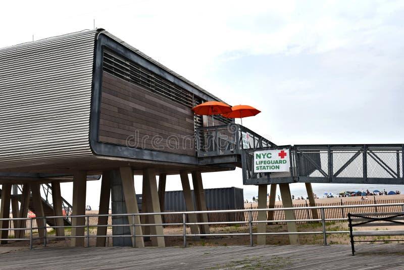 Nowego York miasta ratownika nowożytna stacja na plaży obrazy stock