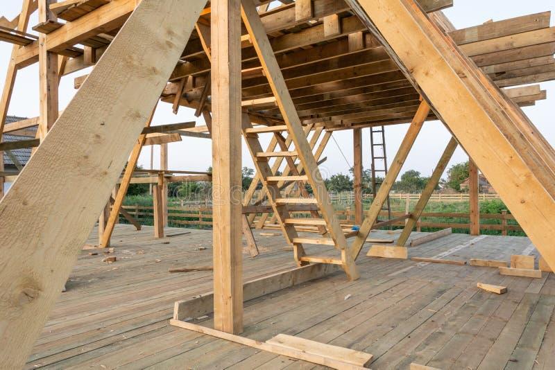 Nowej budowy domowa otoczka przeciw niebieskiemu niebu przy zmierzchem zdjęcia royalty free