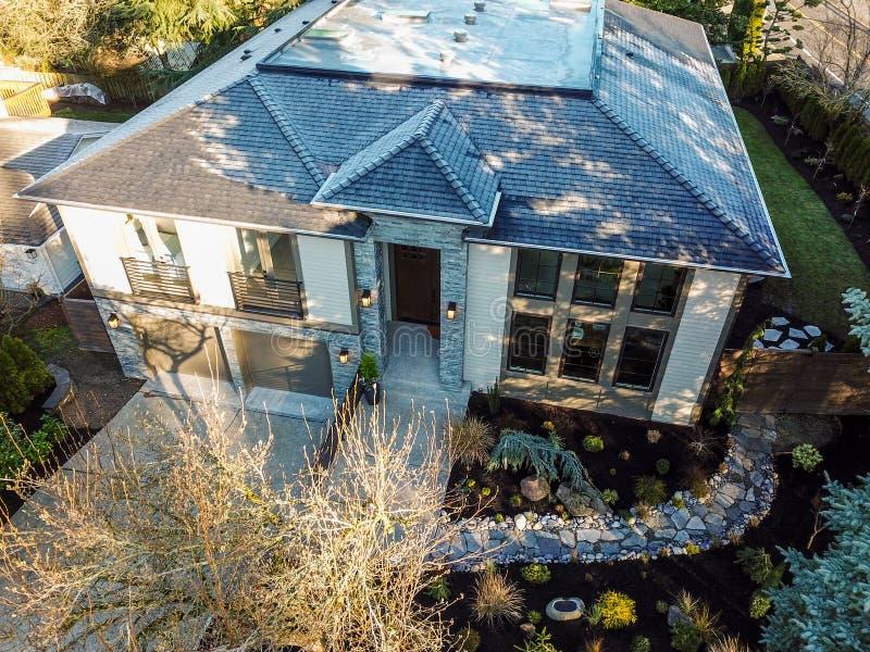 Nowej budowy domowa powierzchowność z eleganckim kamiennym ganeczkiem zdjęcie royalty free