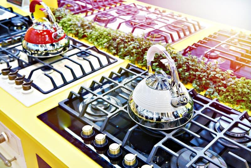 Nowi czajniki na benzynowych kuchenkach w sklepie fotografia royalty free