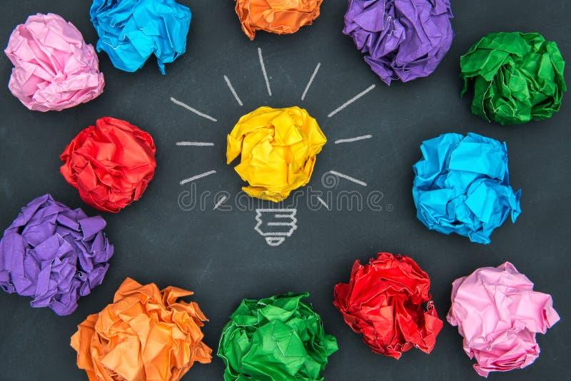 Nowi dobrzy pomysły, kolorowa Papierowa piłka na Blackboard obraz stock