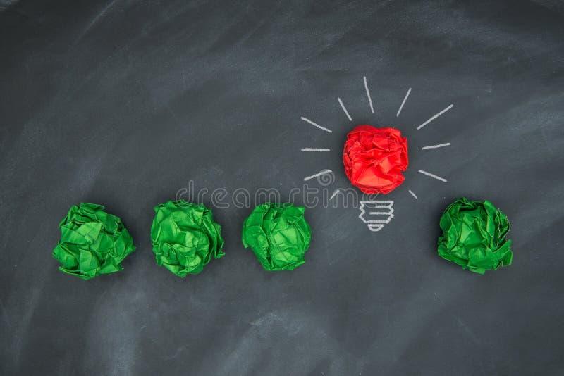 Nowi dobrzy pomysły, kolorowa Papierowa piłka na Blackboard obrazy royalty free