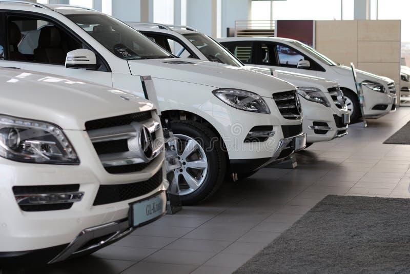 Nowi gatunków samochody w auto rynku obrazy royalty free