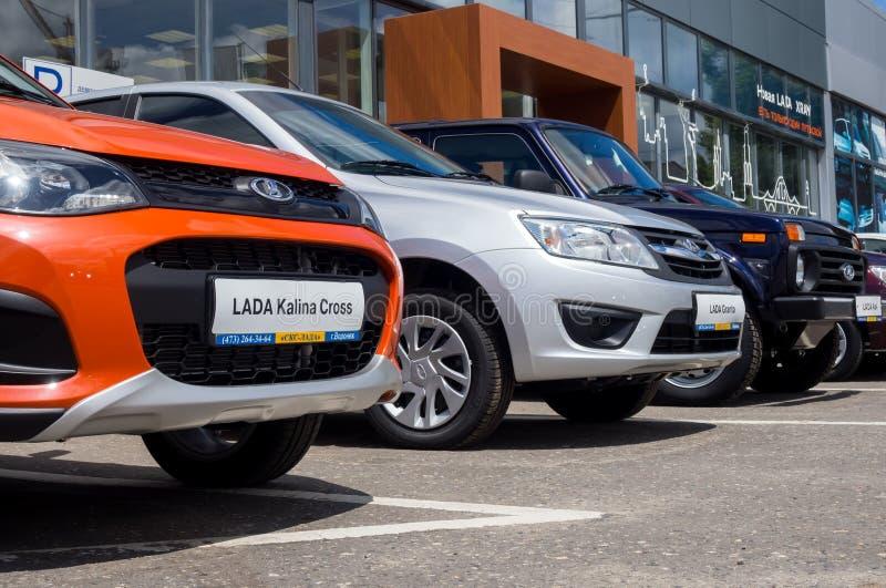 Nowi Lada samochody różni modele są przed sala wystawową SCS Lada Voronezh obraz royalty free