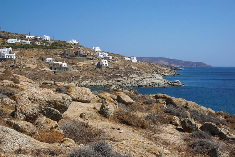 Nowi luksusowi budynki dla turystów które pokazują turystycznego rozwój wyspa przy Lia wyrzucać na brzeg w Mykonos, Grecja obraz royalty free