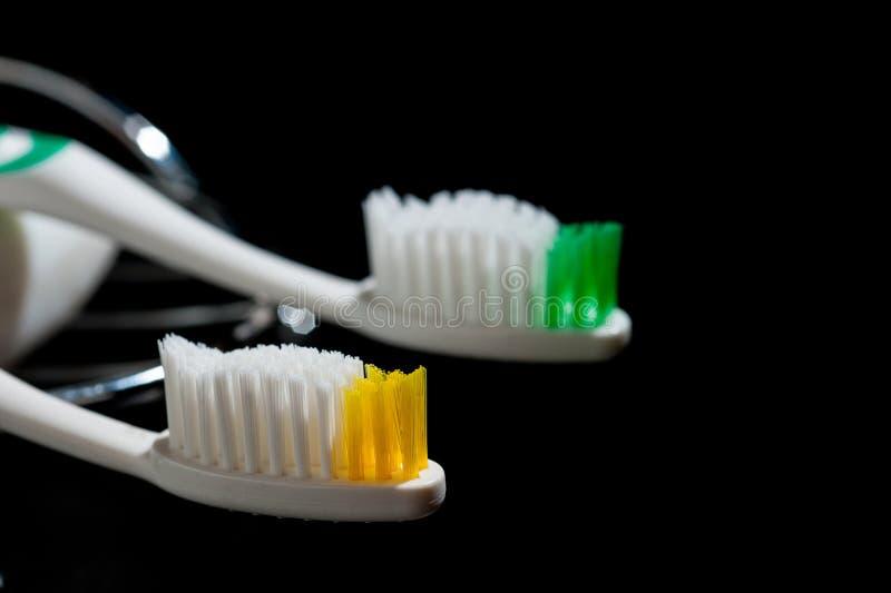 Nowi, piękni toothbrushes na ciemnym tle, fotografia stock