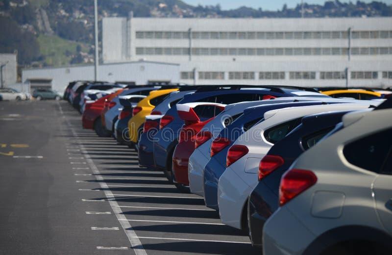 Nowi samochody Wykładający Up w parking zdjęcia royalty free