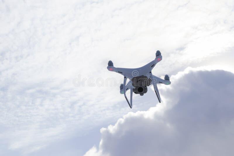 Nowi 4 samolotu DJI fantomu quadcopter pro truteń z 4K kamera wideo i radia kontrolera dalekim lataniem w niebie antena zdjęcia royalty free
