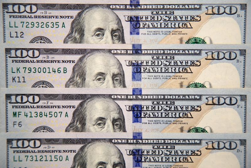 Nowi sto dolarowych rachunków z portretem Franklin zdjęcie stock