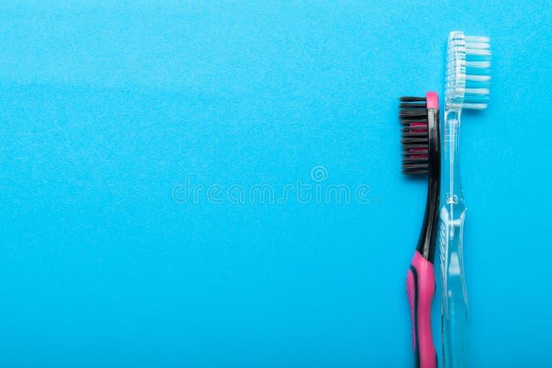 Nowi toothbrushes, przestrzeń dla teksta na błękitnym tle obraz royalty free