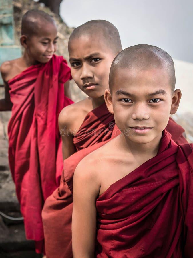 Nowicjuszów mnisi buddyjscy w Bagan, Myanmar (Birma) obrazy royalty free