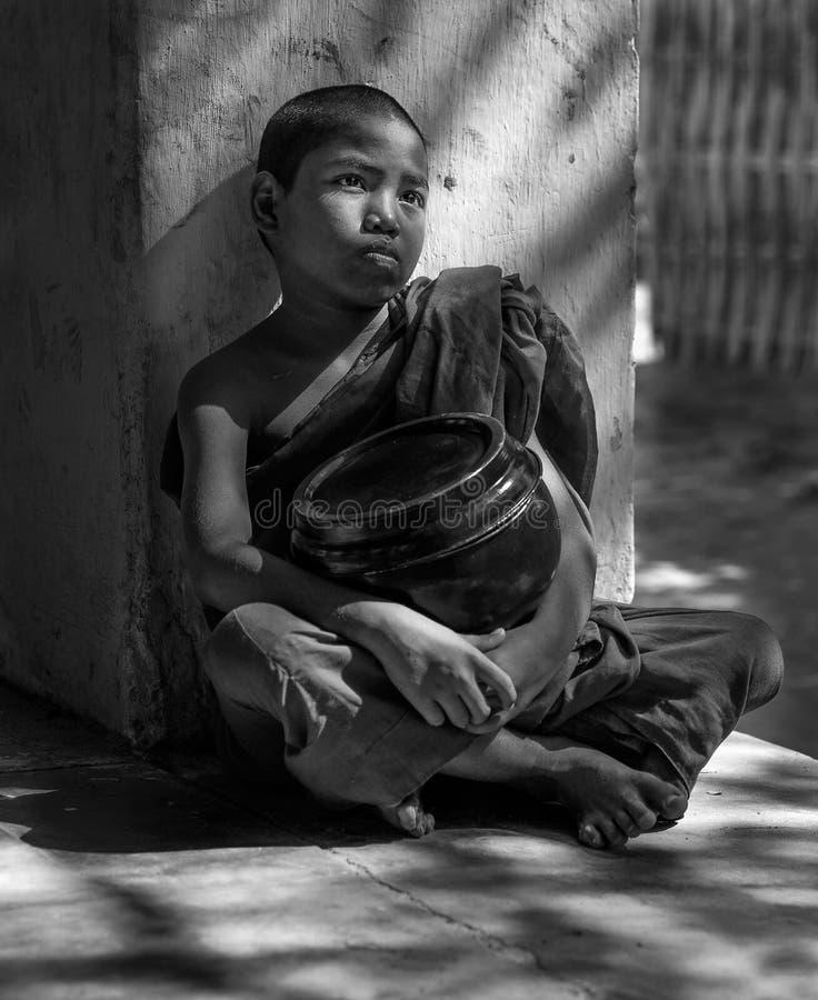 Nowicjusza michaelita odpoczywa w świątynnym korytarzu, Bagan, Myanmar zdjęcie royalty free