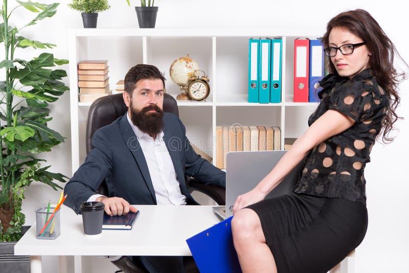 Nowożytna biznesowa para pracuje w nowożytnym biurze biznesmeni Formalny mody kod ubioru Biznesowa para w nowożytnym obrazy stock