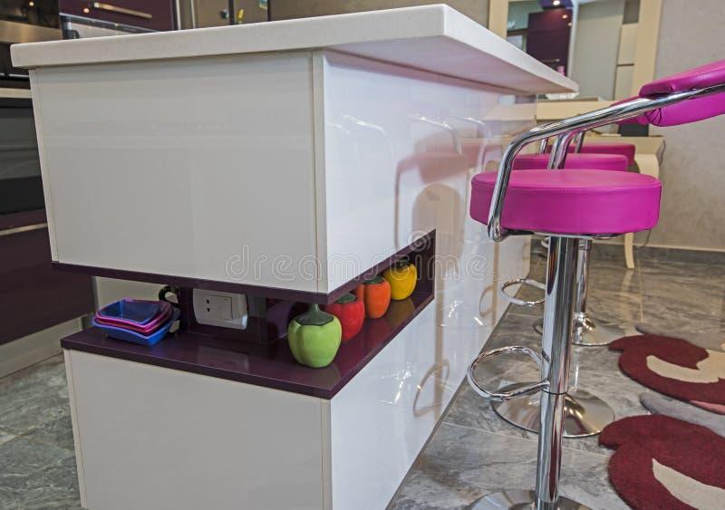 Nowożytna kuchennego kontuaru wyspa w luksusowym mieszkaniu fotografia royalty free