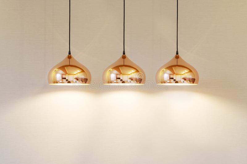 Nowożytna lampa na tle beż ściana zdjęcie stock