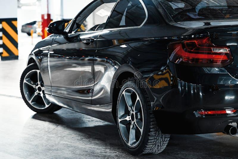 Nowożytna samochodowa powierzchowność Kierowcy drzwi, koła Luksusowy czarny samochód na parking obraz stock