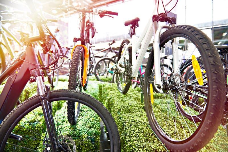 Nowożytni bicykle w sklepie zdjęcia stock