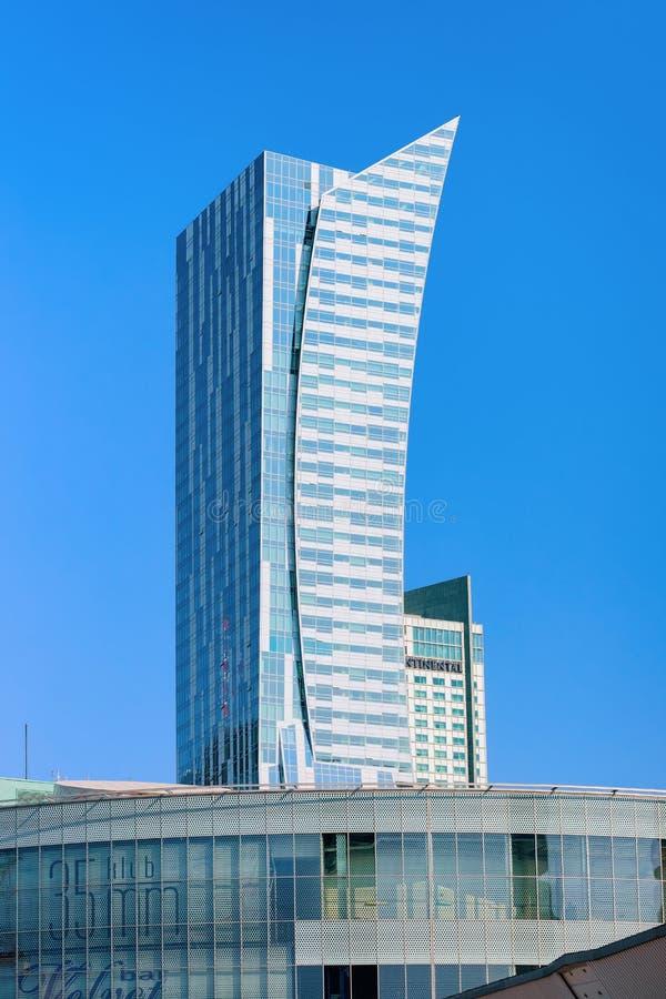 Nowożytni drapacz chmur przy W centrum Warszawskim miastem zdjęcia stock