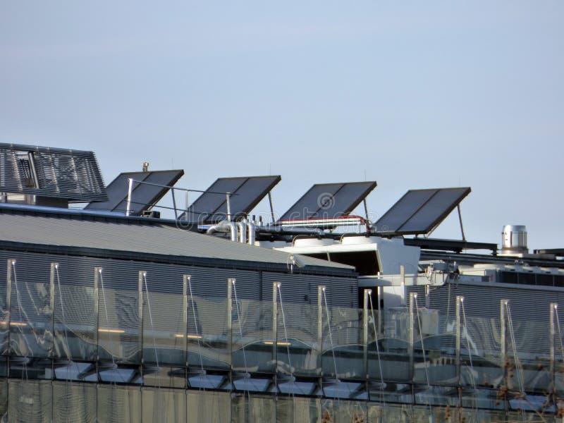 Nowożytni panel słoneczny na budynku dachu zdjęcie royalty free