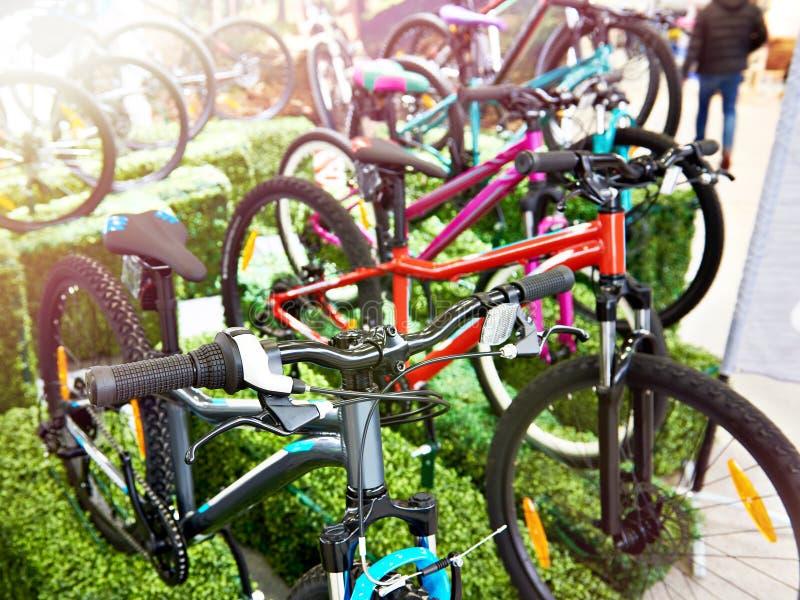 Nowożytni rowery górscy w sporta sklepie fotografia stock