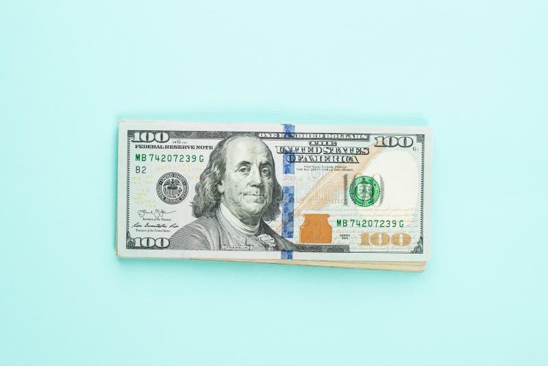 Nowożytni sto dolarów amerykańskich rachunków na błękitnym tle Pieniężny usa pieniądze banknot fotografia stock