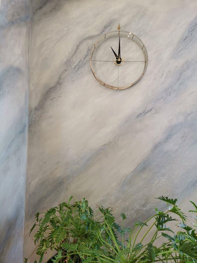 Nowożytny zegar na marmurowej ścianie zdjęcia royalty free