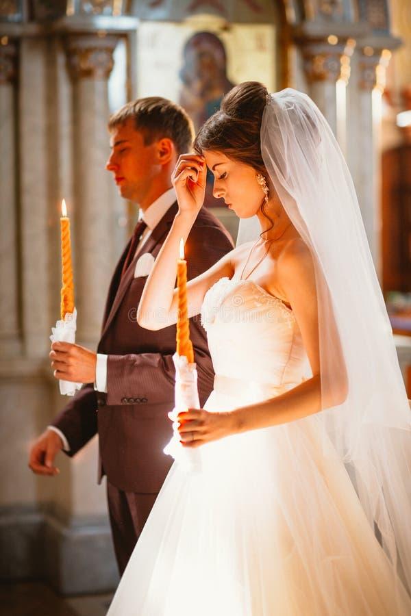Nowożeńcy ślubna ceremonia w kościelnej, ślubnej ceremonii, żołędzie zdjęcia royalty free