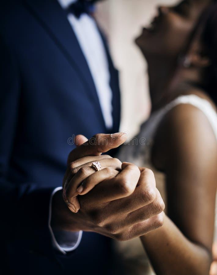 Nowożeńcy afrykańskiego pochodzenia pary Dancingowy Ślubny świętowanie zdjęcia royalty free