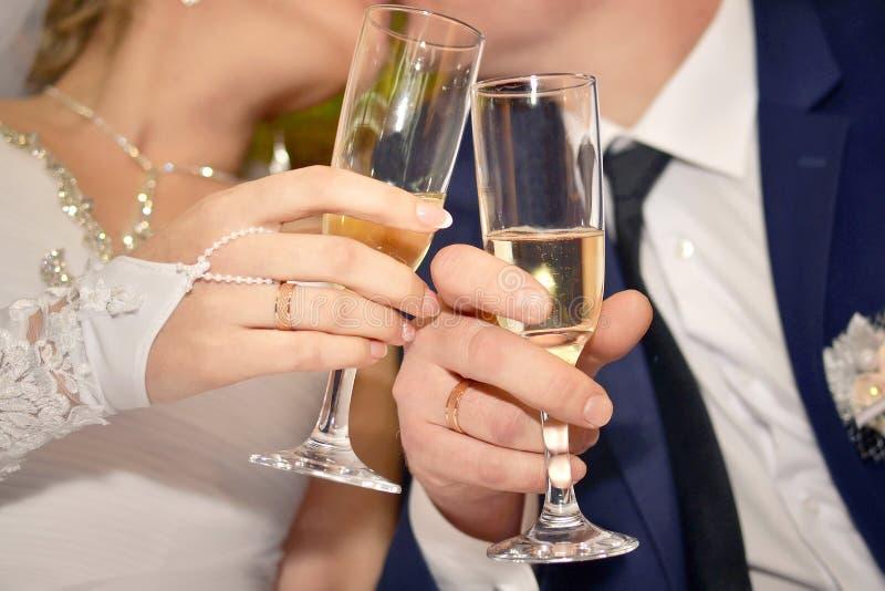 Nowożeńcy całuje mienie szampana szkła zdjęcie royalty free