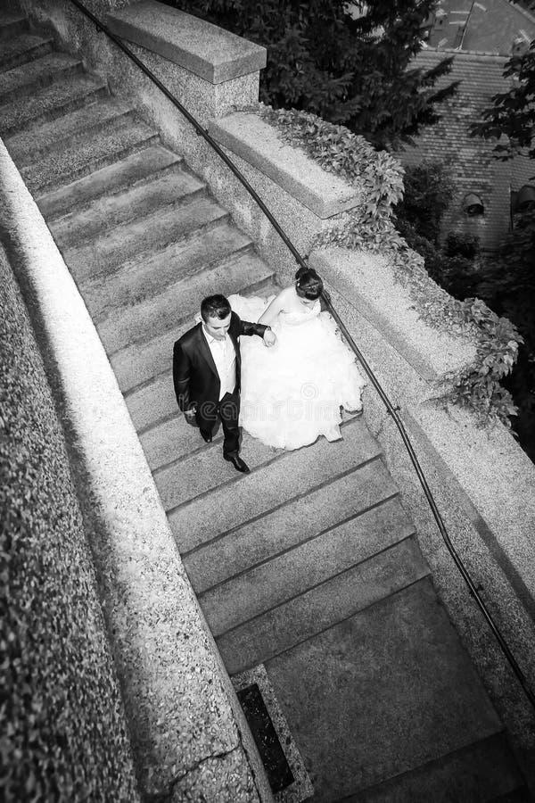 Nowożeńcy chodzi w dół kamiennego kroka bw zdjęcie stock
