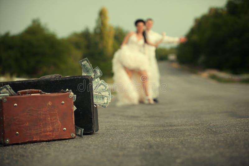 Download Nowożeńcy Para Hitchhiking Na Drodze Obraz Stock - Obraz złożonej z rabunek, pieniądze: 28968071