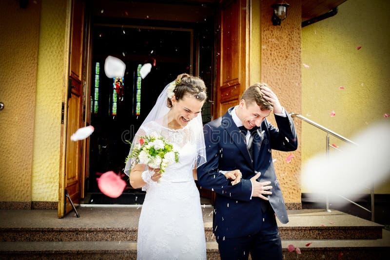 Nowożeńcy przychodzi z kościół po ślubnej ceremonii obrazy stock